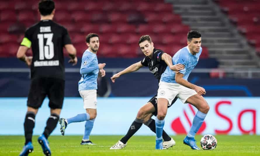 Florian Neuhaus battles in vain for the ball.