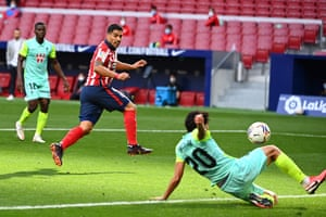Luis Suárez scores one of his two goals on his Atlético Madrid's debut against Granada in September 2020.