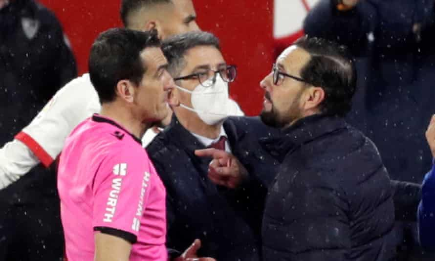 Getafe's José Bordalás (right) gets up close and personal with referee Martínez Munuera