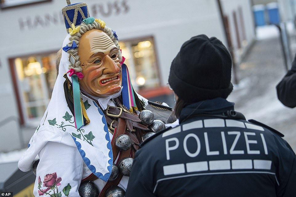 The 'fool's jump in Rottweil is normally one of the highlights of the Swabian-Alemannic carnival in the southwest German region. This year, some masked fools arrived but police tried to stop them from taking part in celebrations