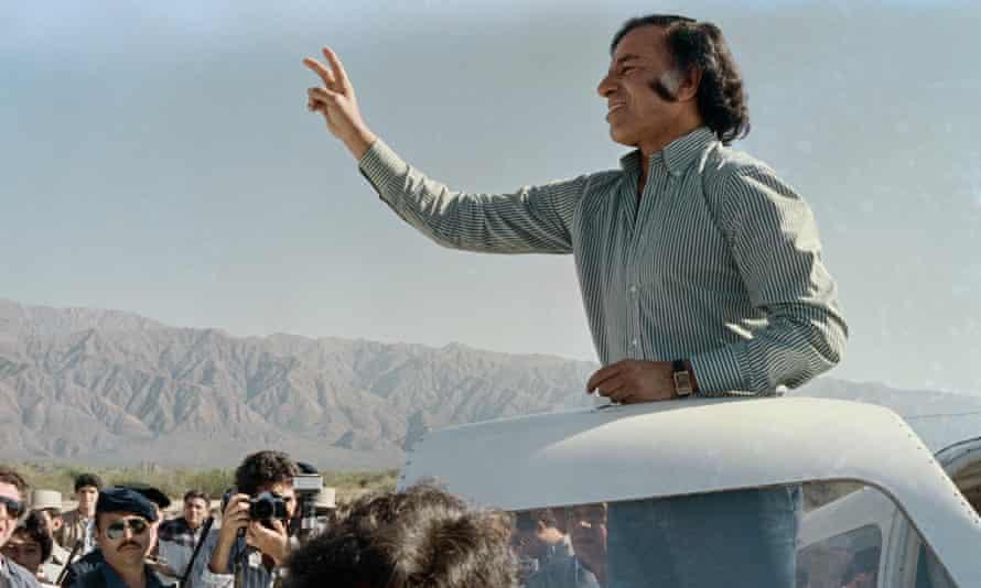 Carlos Menem campaigns in 1989.