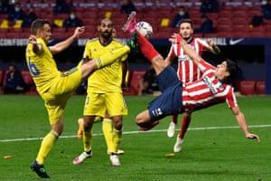 Suárez attempts an overhead kick against Cadiz in November 2020.