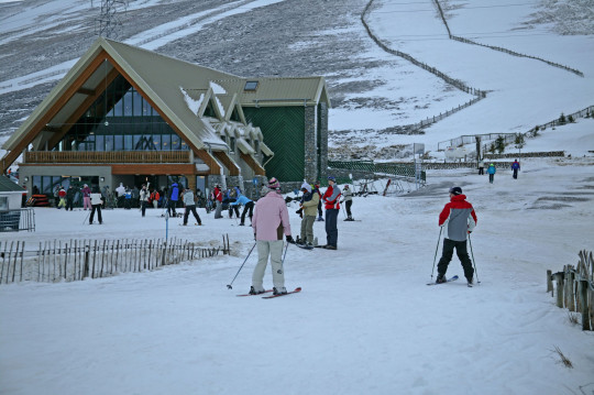 AWDF6Y Skiers near the Lecht Ski and Activity Centre, Cairngorms, Scotland, UK, Europe. Image shot 02/2008. Exact date unknown.