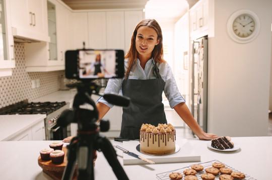 Baker vlogs as she makes a cake