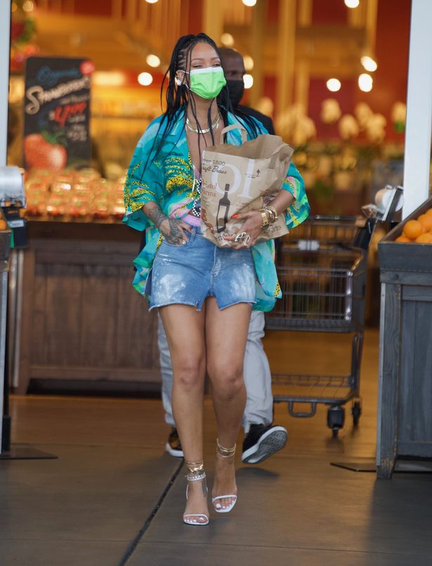 Rihanna left the store with a bag of groceries