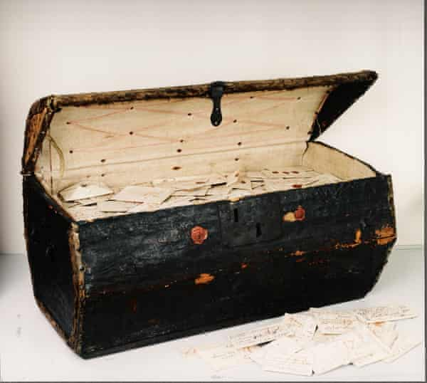 More than 2,600 17th century letters, including 600 which had never been opened, found in a leather trunk donated to a postal museum in the Hague in 1926.