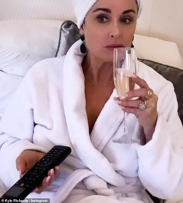 So 2021: The aunt of Paris Hilton was a video of her in a white robe as she ate popcorn