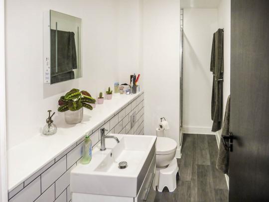 bathroom of bristol studio apartment