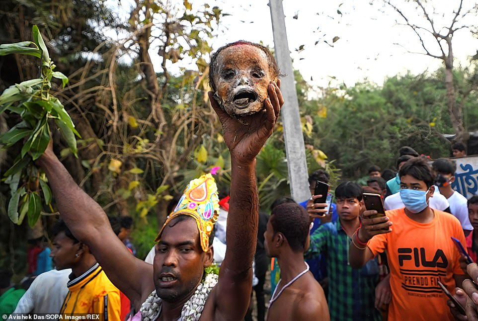 A few selected people, wearing flowers and elaborate head accessories, appeared to be the chosen ones to carry the skulls for the parade