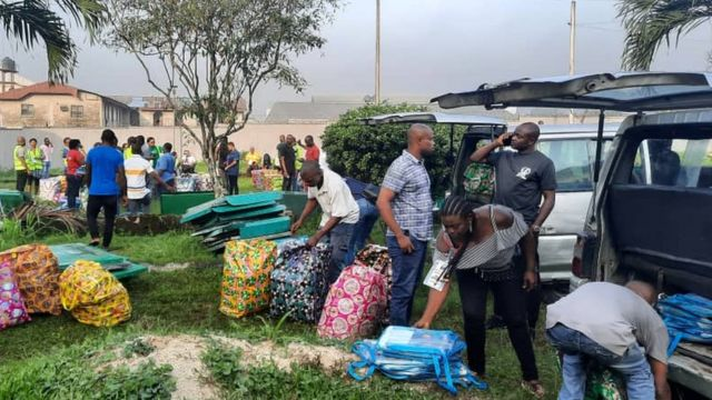 INEC officials dey sort out election materials