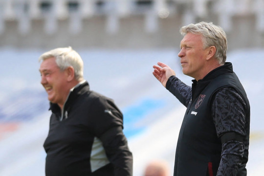Steve Bruce and David Moyes look on during Newcastle's clash with West Ham