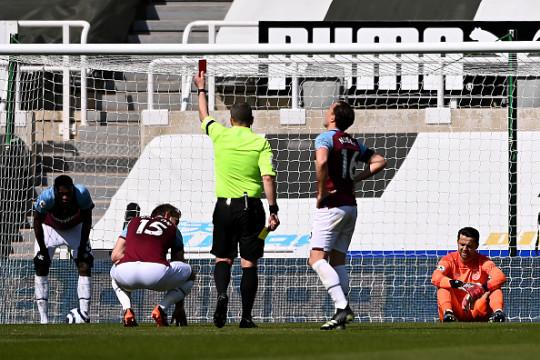 Craig Dawson is sent off in West Ham's clash with Newcastle
