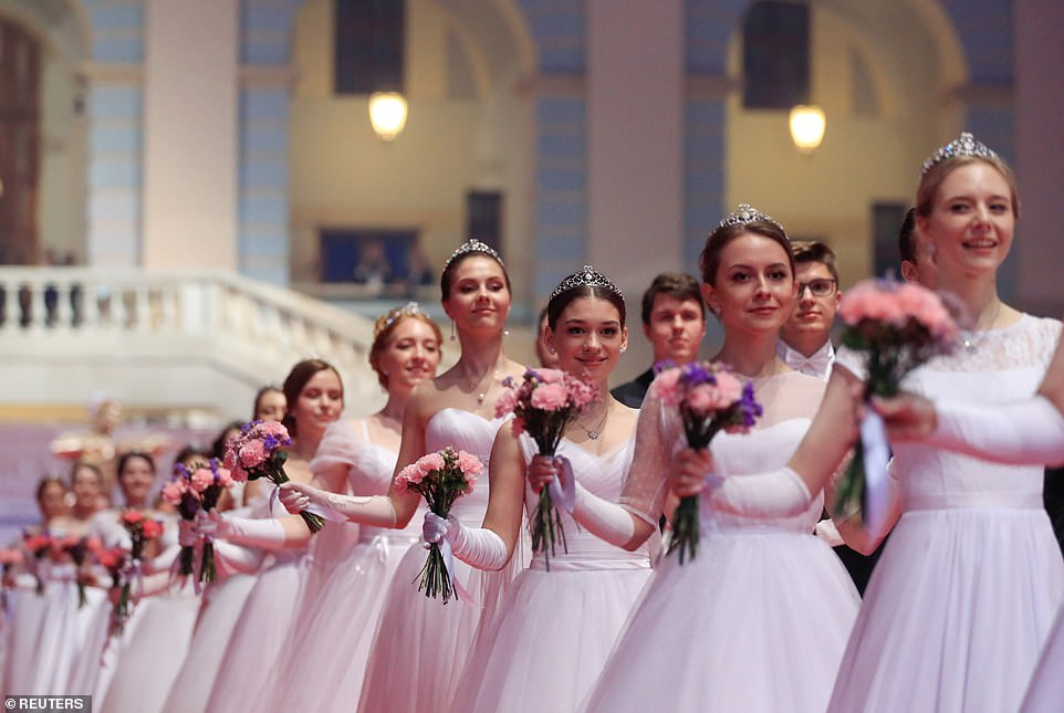 Debutants open the ball with a waltz and are then joined by guests who dance polkas, gallops, and waltzes until midnight