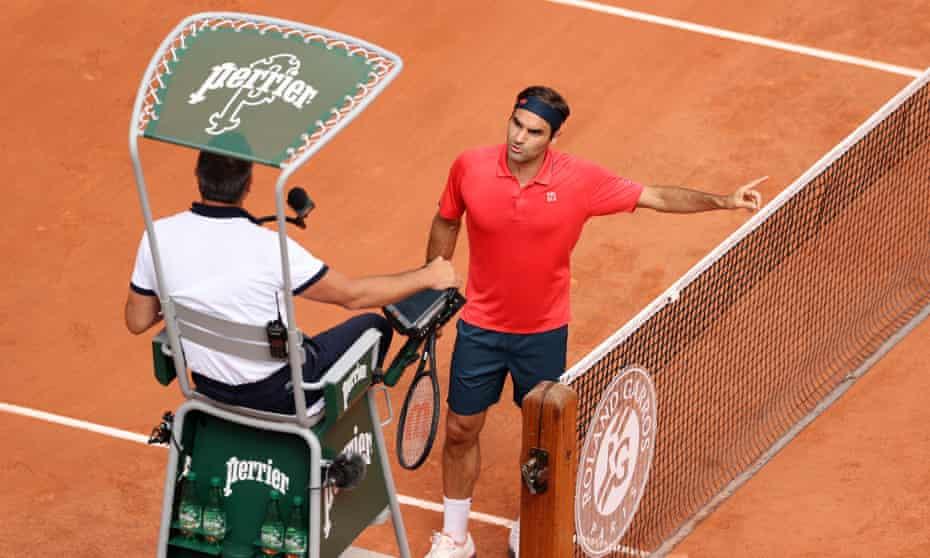 Roger Federer argues with umpire Emmanuel Joseph.