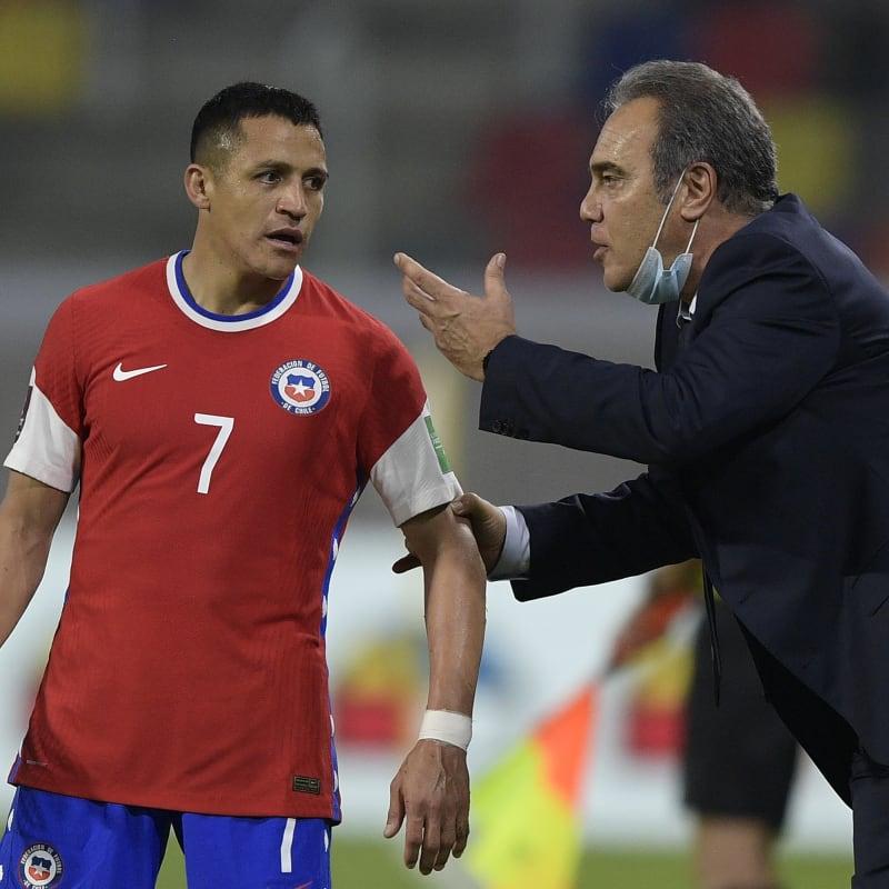 Martin Lasarte Coach of Chile talks to Alexis Sanchez of Chile