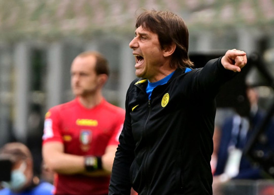 Antonio Conte looks on during Inter Milan's clash with Udinese