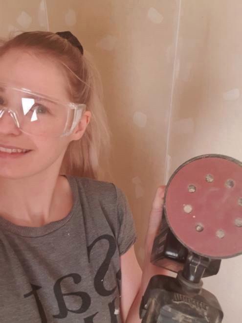 Ane Elizabeth Killingberg doing DIY