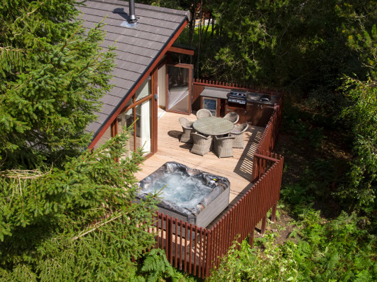 hot tub and deck of white willow cabin