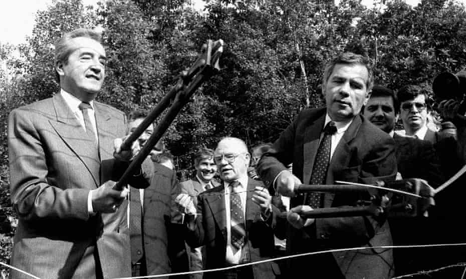 The start of history: Foreign ministers Gyula Horn of Hungary and Alois Mock (ledt) of Austria cutting the barbed wire fence on the Hungarian-Austrian border in 989