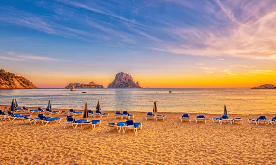 Sunset on Cala d´Hort beach IbizaBeautiful beach, boats and Es Vedrà