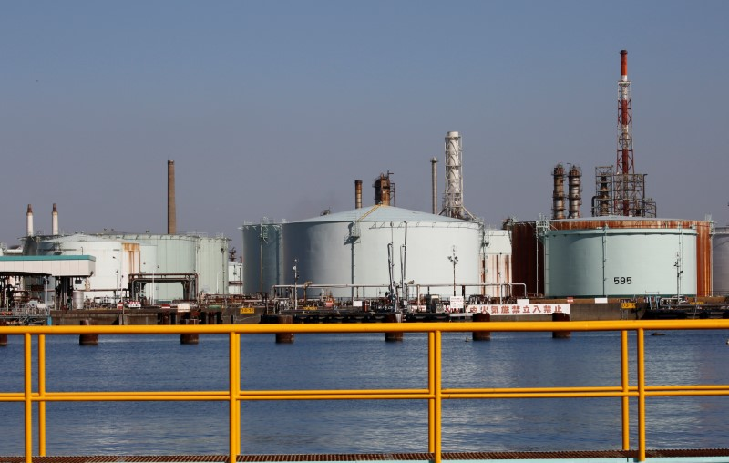 Oil Up, Investors Digest Fifth Week of U.S. Crude Stockpile Draws