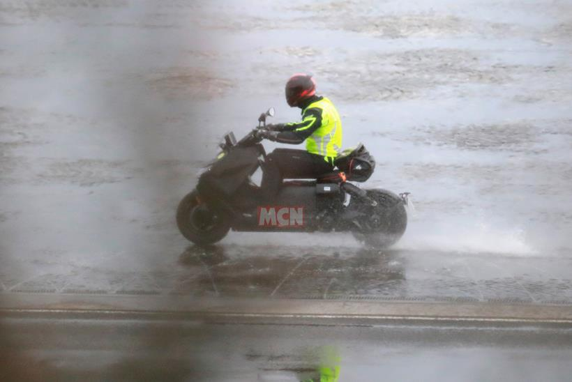 Testing the BMW CE 04 on wet roads