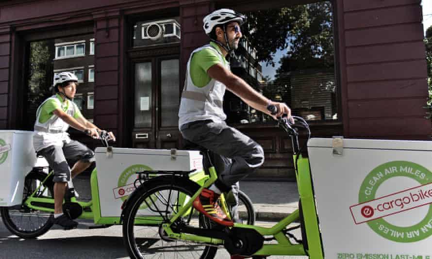 Cyclist on E-cargo bikes