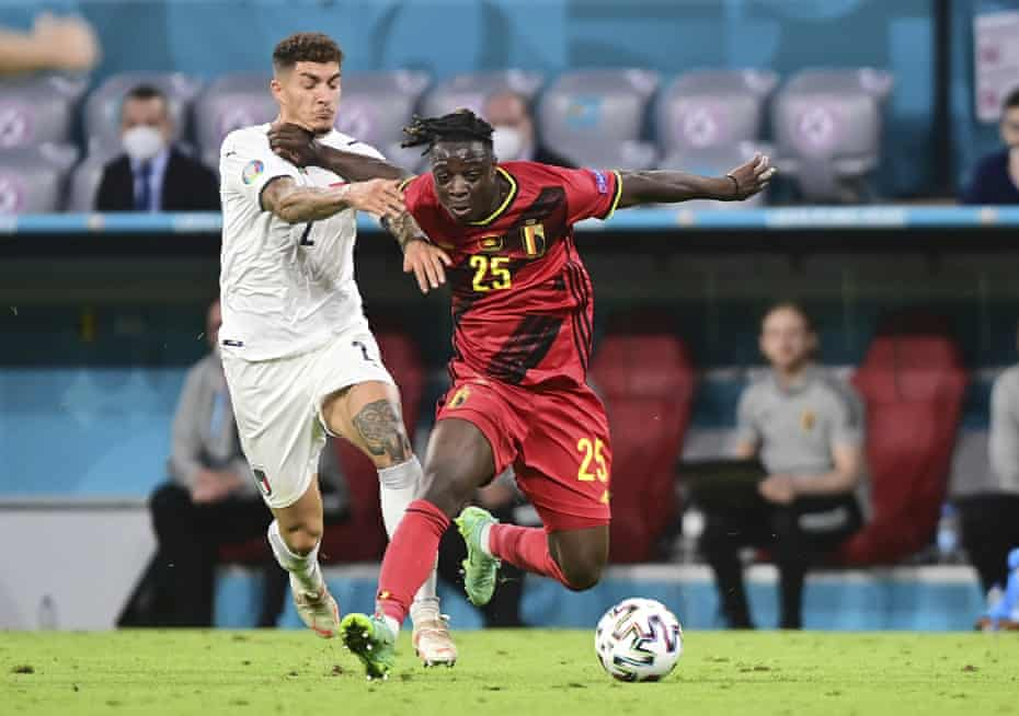 Belgium's Jérémy Doku holds off a challenge of Italy's Giovanni Di Lorenzo.