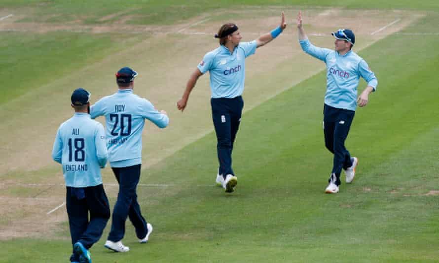 England's Tom Curran (second right) celebrates after taking the wicket of Sri Lanka's Binura Fernando.