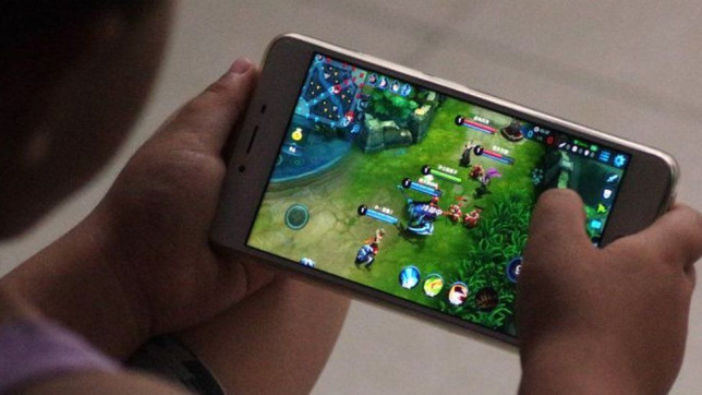 Child playing Honor Of Kings mobile game