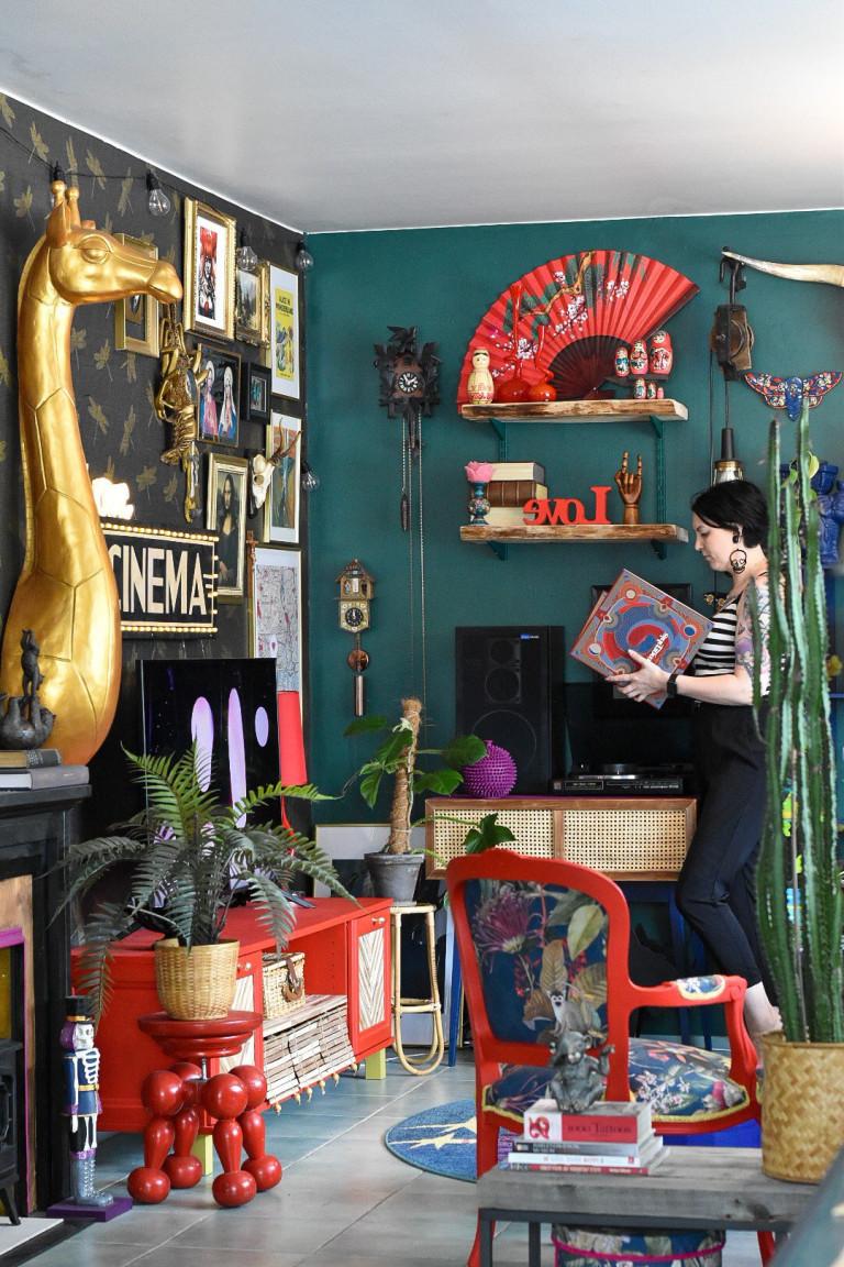 henna in her living room
