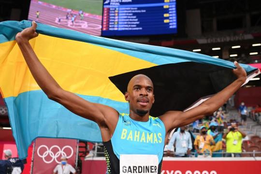 Steven Gardiner celebrates his 400m gold at Tokyo 2020