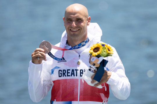 Liam Heath celebrates with bronze medal at Tokyo 2020