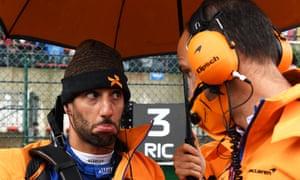 Daniel Ricciardo in conversation with his team.