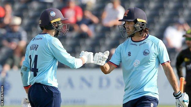 Aron Nijjar (32) and Shane Snater (21) were the Essex matchwinners as they snatched victory over Gloucestershire at Bristol