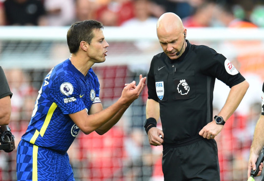 Chelsea's Cesar Azpilicueta with the referee Anthony Taylor vs Liverpool