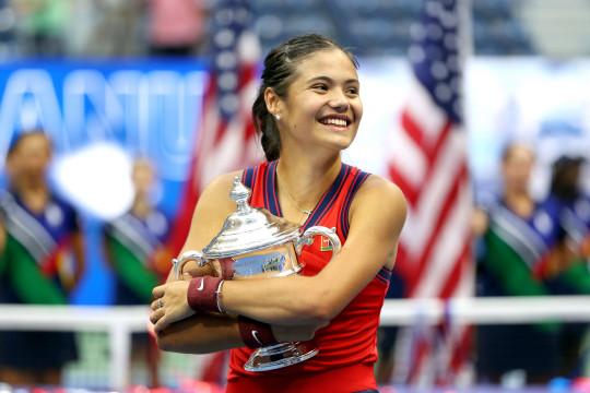 Emma Raducanu with trophy at US Open