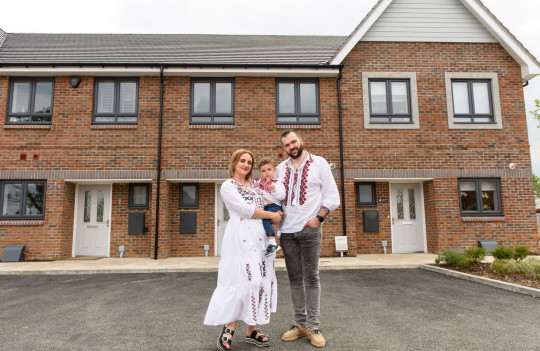 Ovi and Ionela Toderika and their son outside their new home at Shanly Homes??? Merchants Place development Aylesbury. 26.6.21 ??Richard Eaton 07778 395888