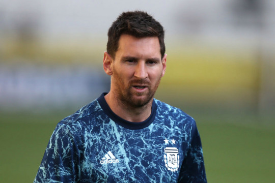 Lionel Messi will try to bring the Champions League to Paris