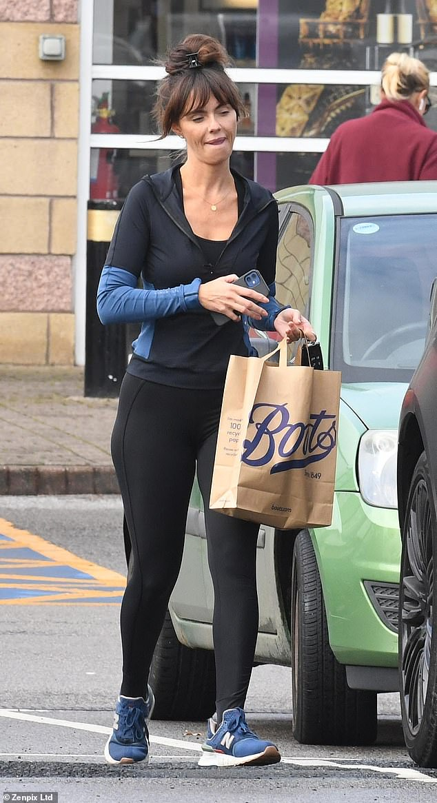 Glow:Jennifer showcased her trim frame in gym wear, including a blue and black zip top, paired with black leggings