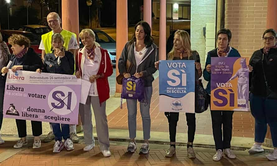 Pro-choice campaigners hold up 'Si' ('Yes') signs in favour of legalising abortion in San Marino's referendum.