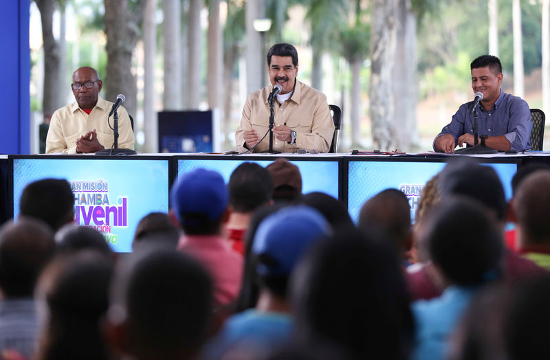 © Reuters. Venezuela's President Nicolas Maduro smiles while he speaks during a meeting with youths in Caracas