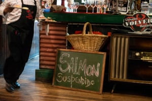 A sign saying 'Salmon suspendido' (salmon suspended) at Volver, a restaurant in Ushuaia