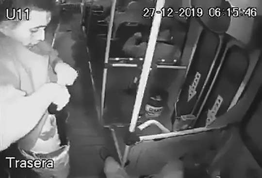 Thief pulls assault rifle from his trousers on bus in Jalisco, Mexico