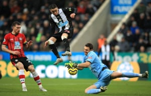 Miguel Almirón goes in search against Southampton of his first Newcastle goal.