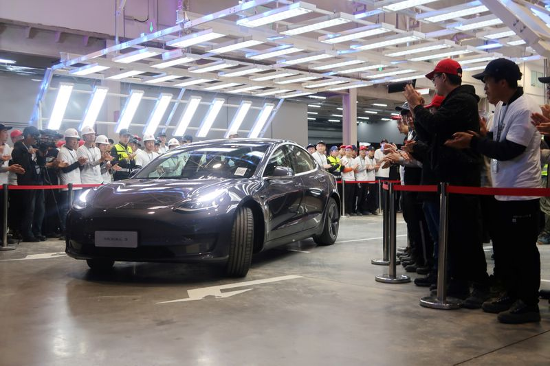 © Reuters. China-made Tesla Model 3 vehicle is seen at a delivery ceremony in the Shanghai Gigafactory of the U.S. electric car maker
