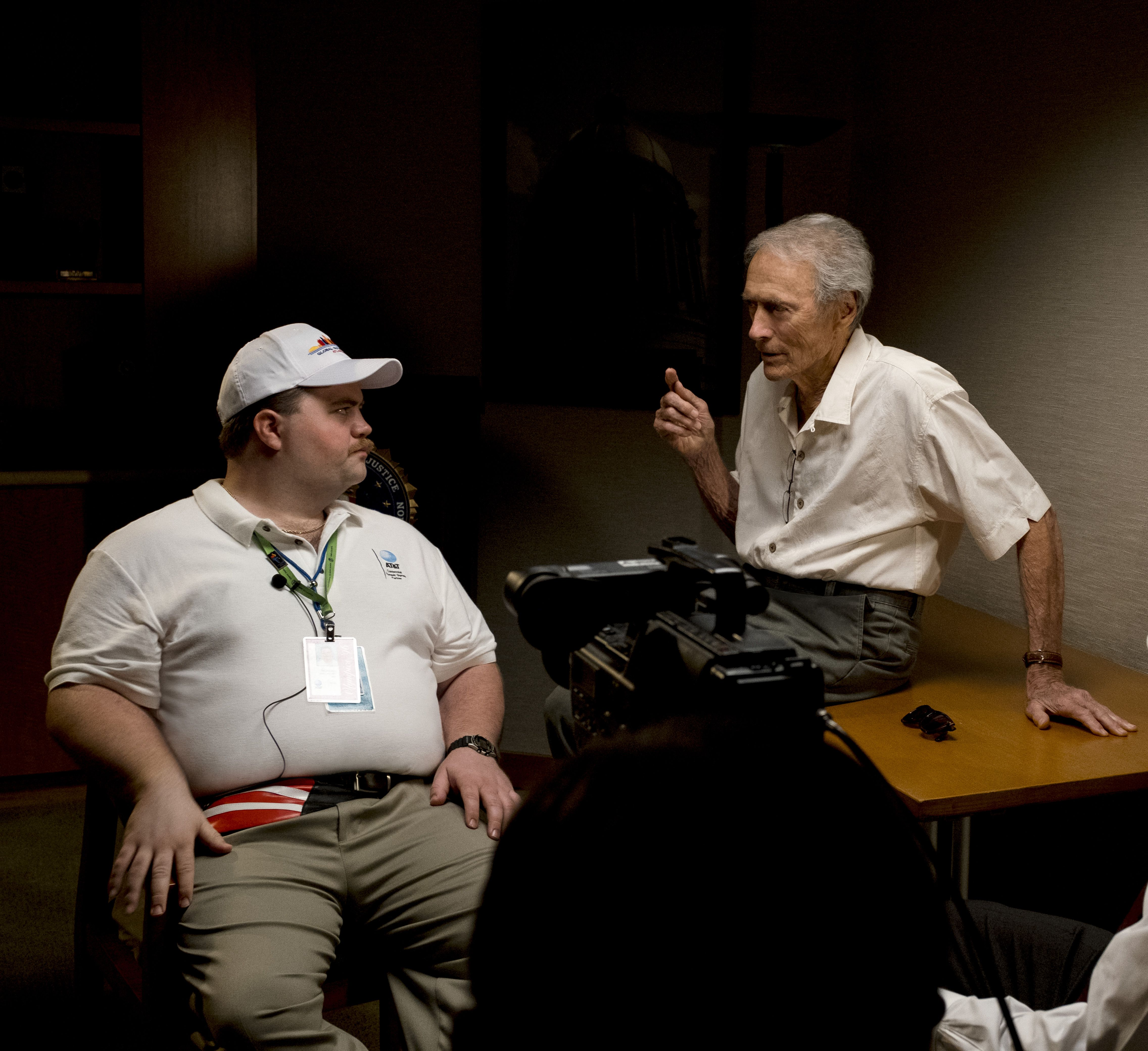 """(L-r) PAUL WALTER HAUSER and director/producer CLINT EASTWOOD on the set of Warner Bros. Pictures' """"RICHARD JEWELL,"""" a Warner Bros. Pictures release. (© 2019 Warner Bros. Entertainment Inc. All Rights Reserved.)"""