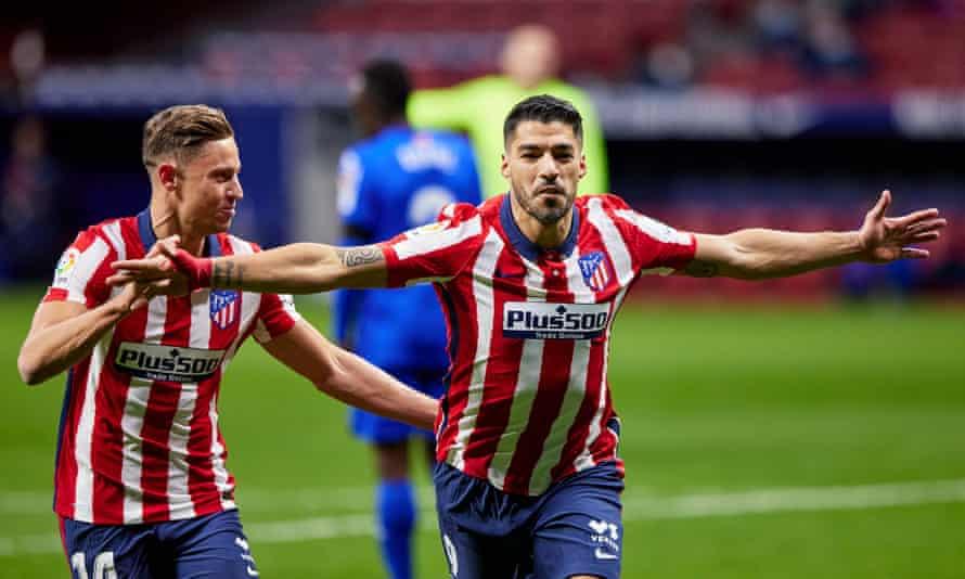 Luis Suárez celebrates his winning goal against Getafe with his Atlético Madrid teammate Marcos Llorente.