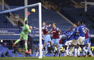 Everton's goalkeeper Jordan Pickford makes the save from Tomas Soucek.