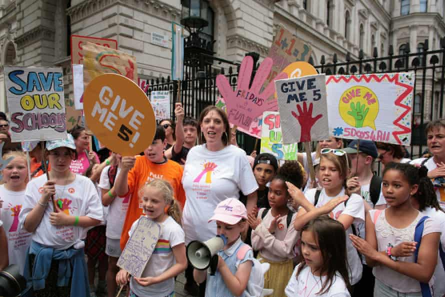 Phillips with schoolchildren and parents at the gates of Downing Street in 2019, protesting against cuts forcing schools to close early on Friday afternoons.